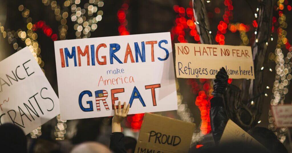 Inmigrante de la semana - Imágen con gente sosteniendo carteles