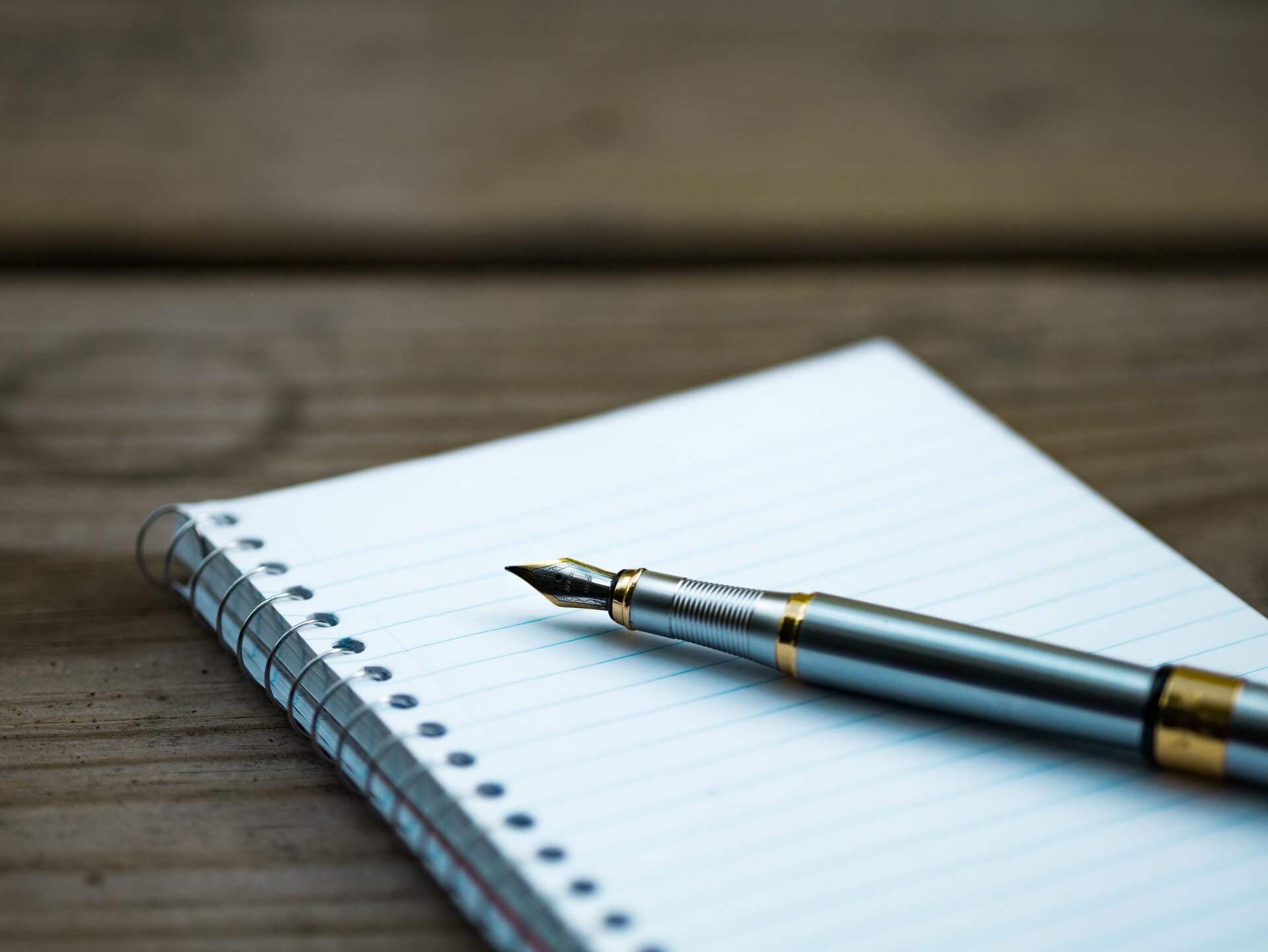 Bolígrafo sobre cuaderno - Este artículo habla sobre el proyecto dignidad de los republicanos y sus diferencias con la propuesta demócrata