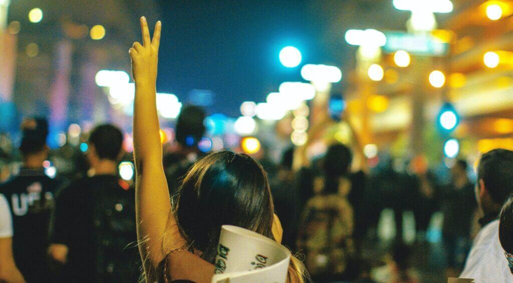 jovenes protestando | Este artículo habla acerca del fin de la carga pública a los migrantes