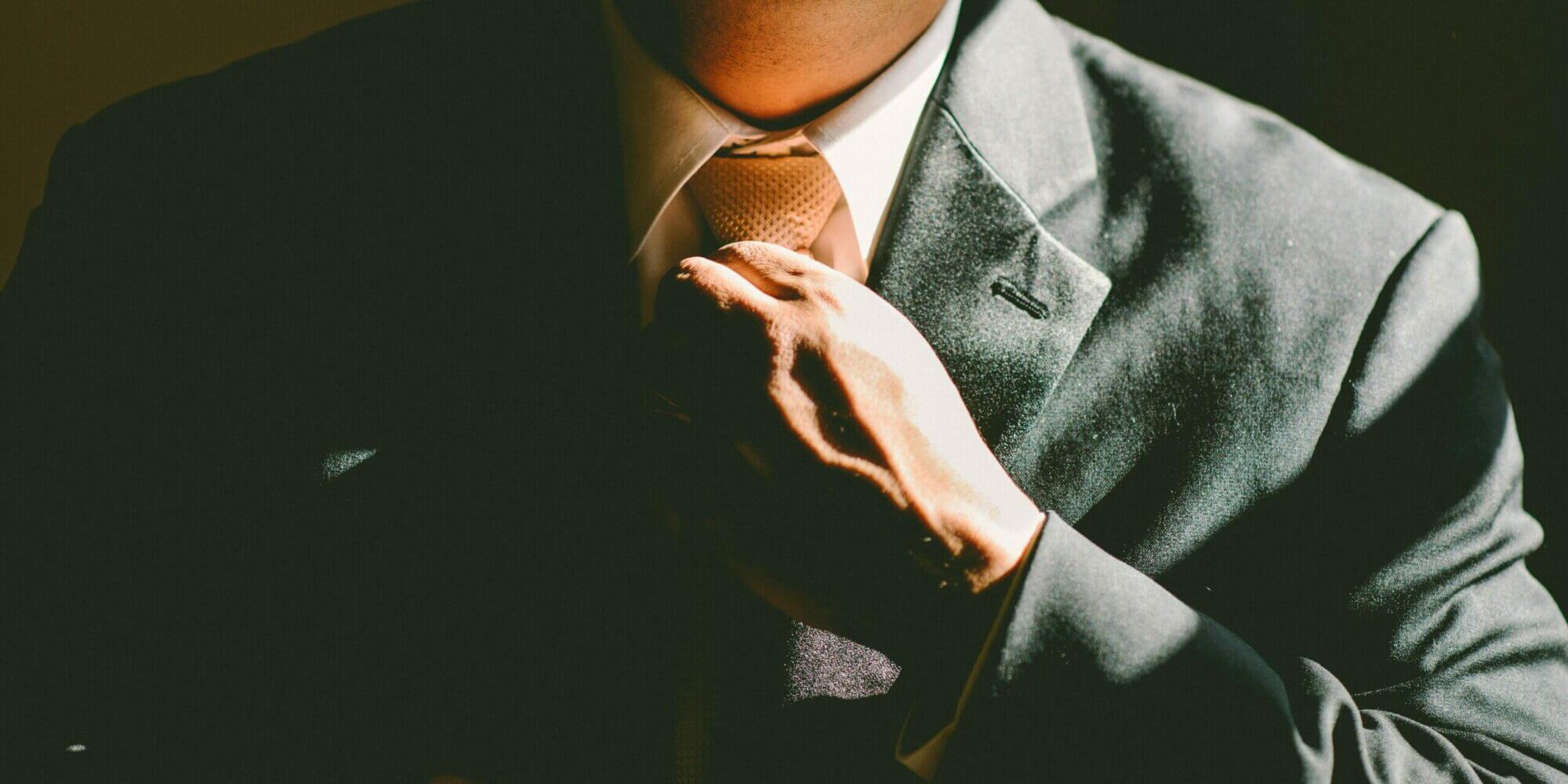 hombre de traje acomoda su corbata - El latino e inmigrante Alejandro Mayorkas lidera ahora el DHS