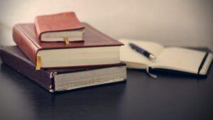 libros sobre una mesa - este artículo habla acerca de la decisión de posponer la reforma migratoria integral