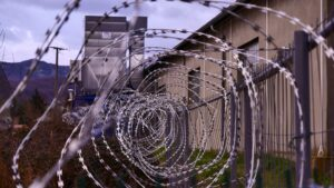 enrejado de una prisión - este articulo habla sobre los centros de detencion de ice y la pandemia por covid19