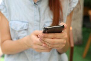 una persona utilizando un teléfono móvil - este artículo habla acerca del uso de datos privados para rastrear a migrantes indocumentados