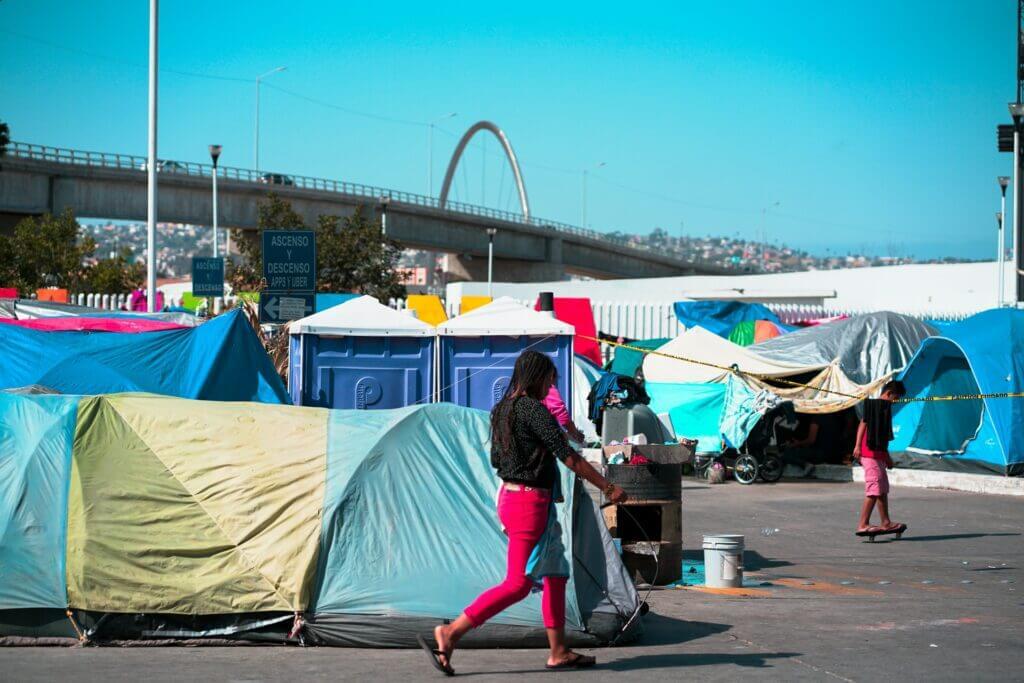 Este artículo habla sobre la crisis migratoria en la frontera de Estados Unidos. La imagen es acorde.