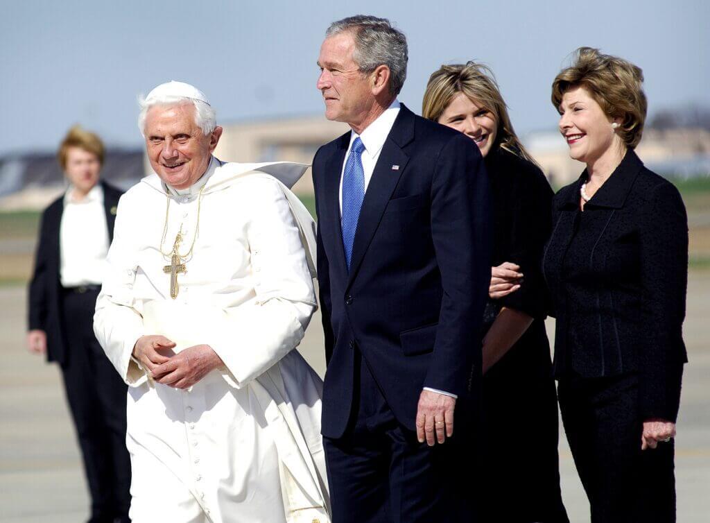 El Papa Benedicto XVI junto a George W. Bush y su familia