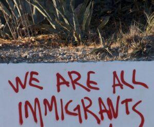 """La nota trata sobre el permiso de trabajo para dreamers beneficiarios del programa DACA. La imagen dice """"We are all immigrants"""""""